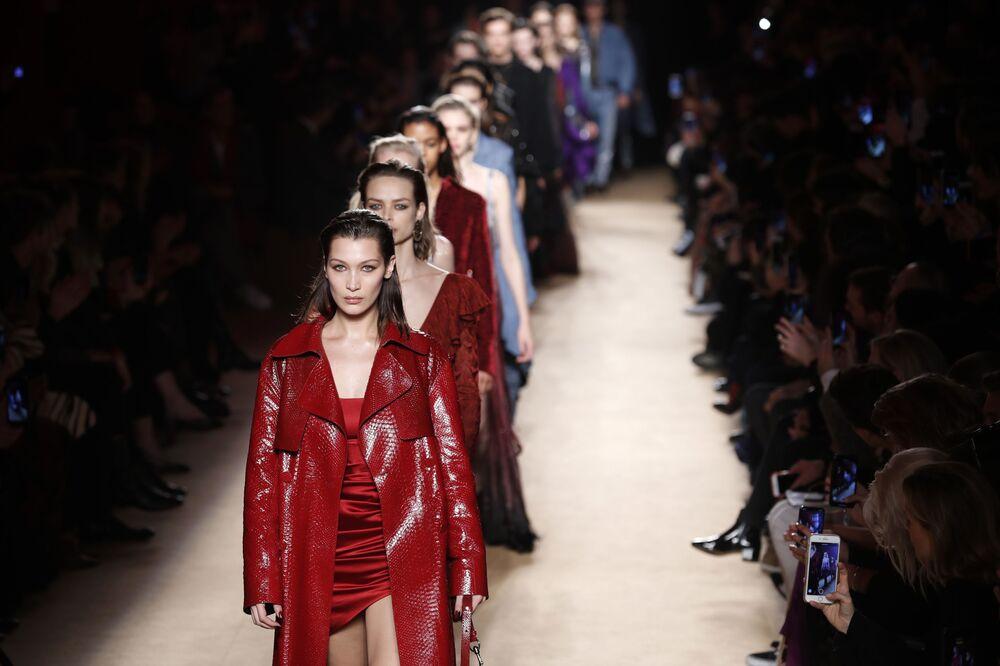 عارضة الأزياء بيلا حديد في عرض أزياء للمصمم روبيرتو كافالي مجموعة خريف/ شتاء 2018-2019 في ميلانو، إيطاليا 23 فبراير/ شباط 2018
