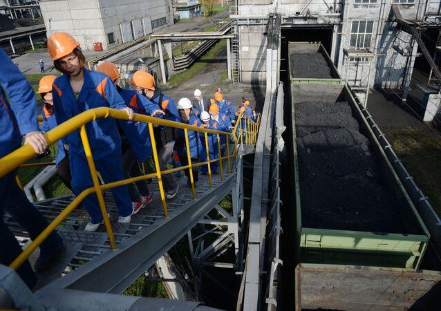 تفريغ الفحم في محطة ريفتينسك الكهروحرارية لشركة إينيل روسيا