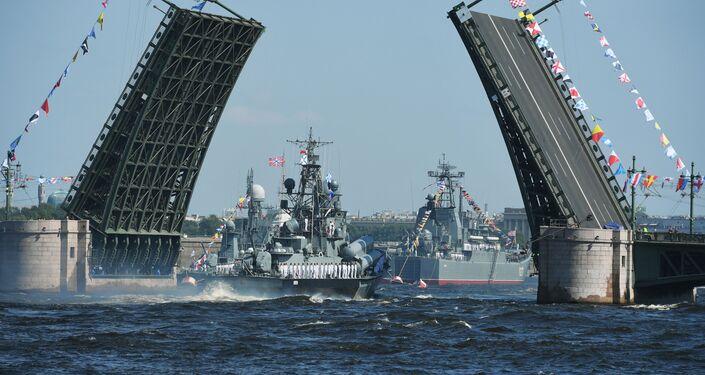 يمين الصورة: سفينة إنزال كبيرة مينسك