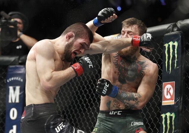 بطل الفنون القاتالية المختلطة (UFC 229) الروسي حبيب نورمحمدوف والأيرلندي كونور مكريغور خلال المباراة في لاس فيغاس، 6 أكتوبر/ تشرين الأول 2018