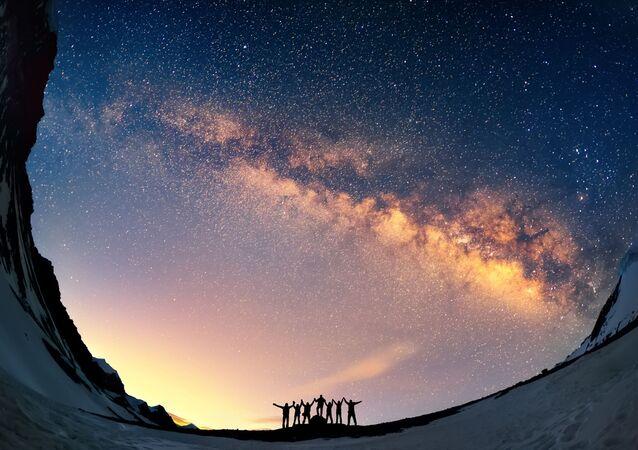 سياح يشاهدون مجرة درب التبانة في جبال نيبال