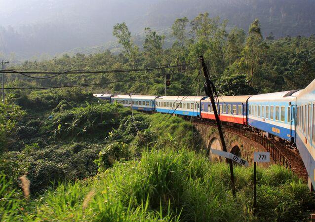 قطار ريونيفيكيشن إكسبريس الفيتنامي، على السكة الحديدية التي تربط بين هوي آن وهانوي
