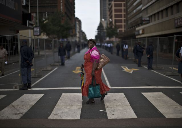 امرأة تسير في أحد شوارع جنوب أفريقيا