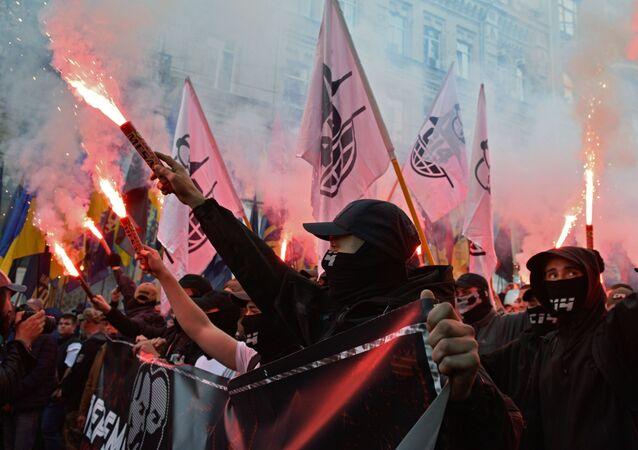 مشاركو مسيرة قومية بمناسبة الذكرى الـ  76 لتأسيس جيش التمرد في كييف
