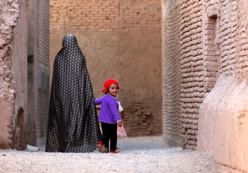 امرأة تتنزه مع طفلها في البلدة القديمة في محافظة هرات، أفغانستان 15 أكتوبر/ تشرين الأول 2018