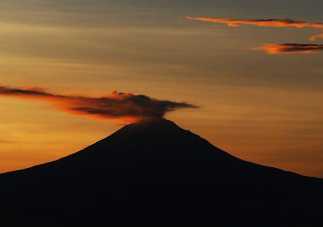 سحابة من الرماد تتصاعد من بركان بوبوكاتيبتيل، كما تُرى من مكسيكو سيتي، 15 أكتوبر/ تشرين الأول 2018