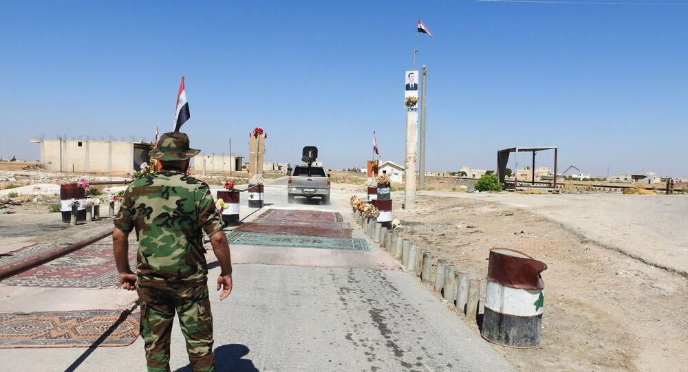جندي سوري يقف على معبر أبو الظهور الإنساني