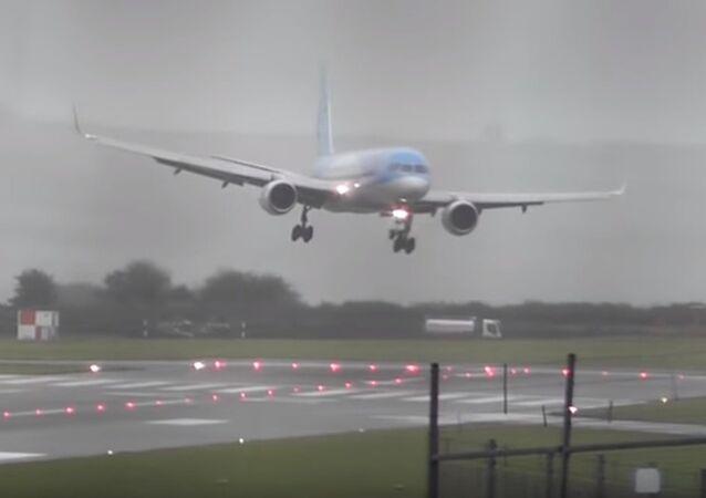 هبوط طائرة اضطراريا في مطار بريستول البريطاني بفعل عاصفة كالوم