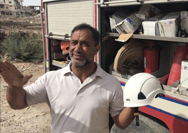 حسن فاروق محمد، كبير فريق الخوذ البيضاء السابقة، يستعرض أما الصحفيين ما الذي كانوا يستخدمونه أفراد الخوذ البيضاء في الجزء القديم من مدينة درعا في جنوب سوريا