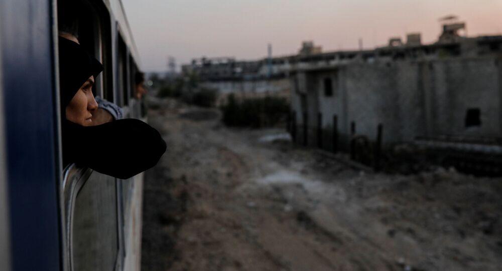 امرأة تطل من نافذة قطار في ضواحي دمشق، سوريا  12 سبتمبر/ أيلول 2018