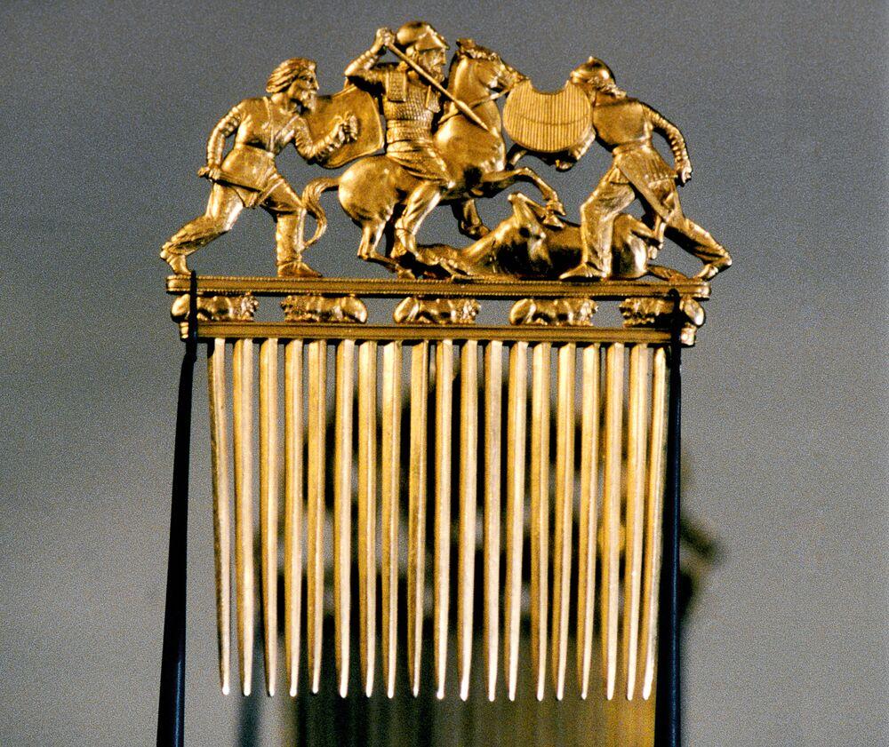 مشط ذهبي من تل سولوخ بالقرب من نهر دنيبر، روسيا. (نهاية القرن الخامس - بداية القرن السادس ق.م.)