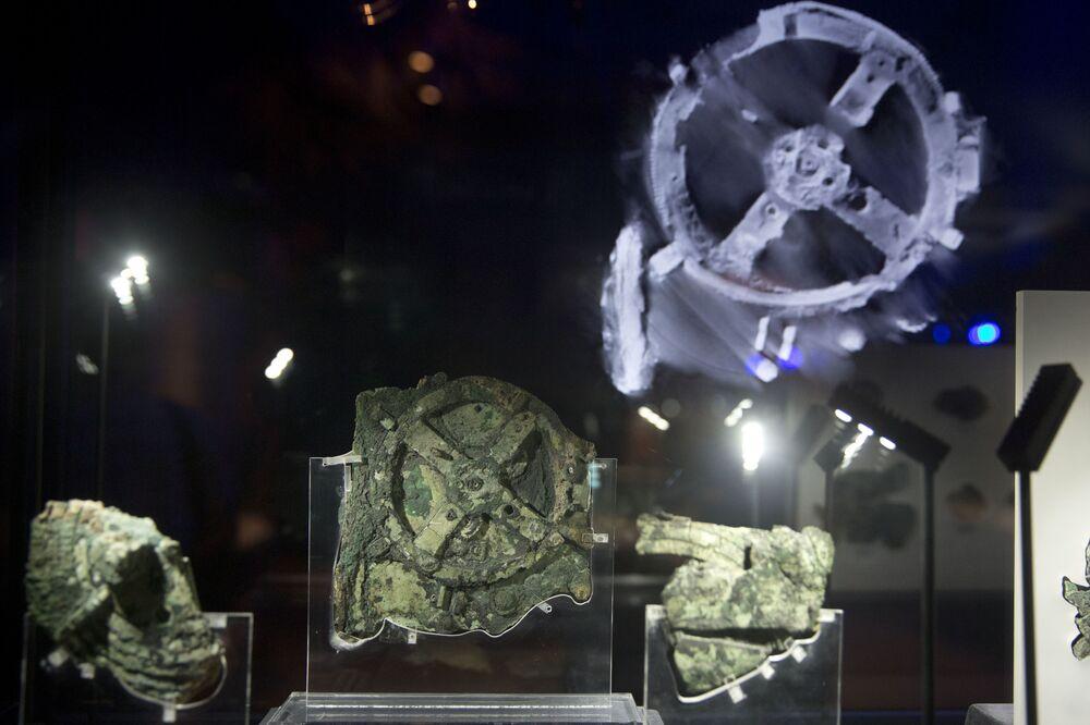 عرض أجزاء من آلية يبلغ عمرها 2100 عام، والتي يعتقد أنها أقدم جهاز حوسبة ميكانيكية، في المتحف الأثري الوطني في أثينا ، الخميس 9 يونيو/ حزيران 2016