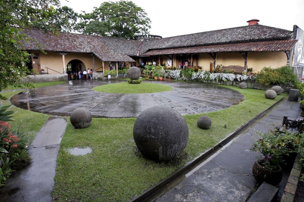 يتم عرض أشكال هندسية حجرية، تم العثور عليها في بالمار سور ، على بعد 300 كم جنوب شرق سان خوسيه ، معروضة في المتحف الوطني في عاصمة كوستاريكا