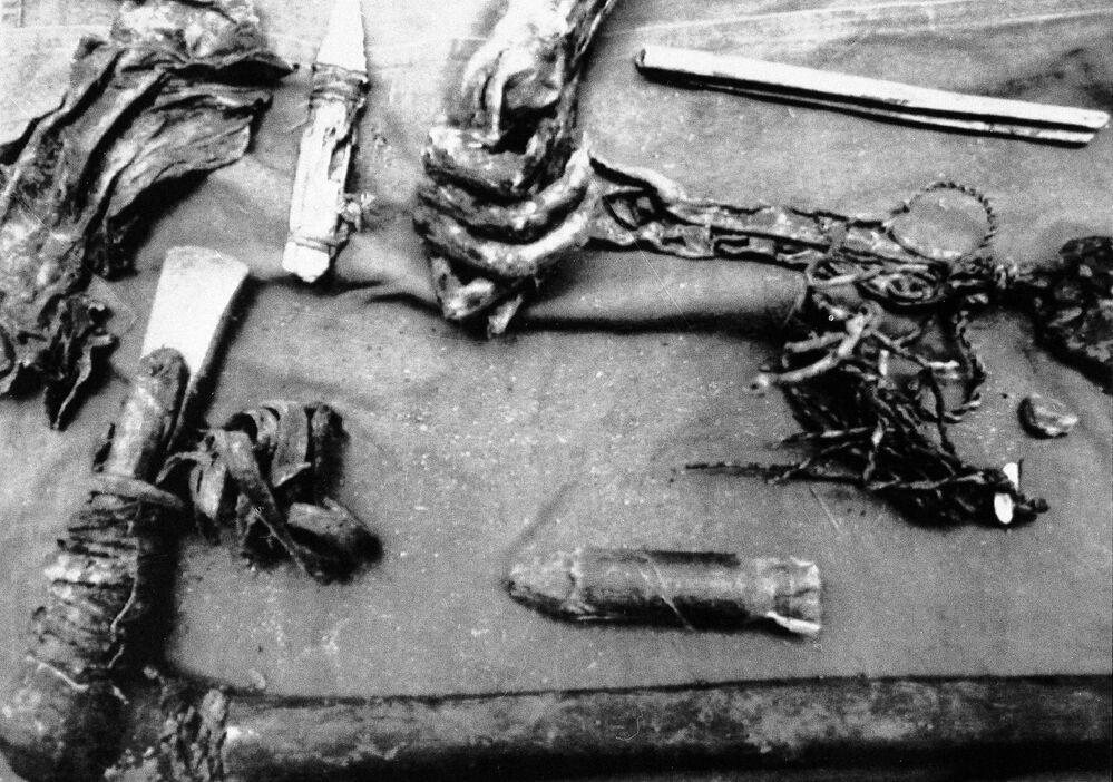 أدوات (فأس من الخشب والنحاس) وجدت في جبال الألب النمساوية في 25 سبتمبر/ أيلول 1991. التقديرات الأولية تشير إلى أن عمرها يتراوح ما بين 3500 إلى 4000 سنة.