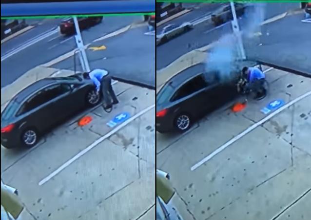 شاهد لحظة انفجار إطار سيارة ممتلئ بالهواء في وجه السائق