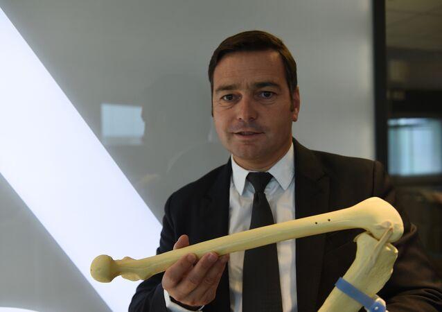 باحث يعرض نموذج لمفصل الركبة