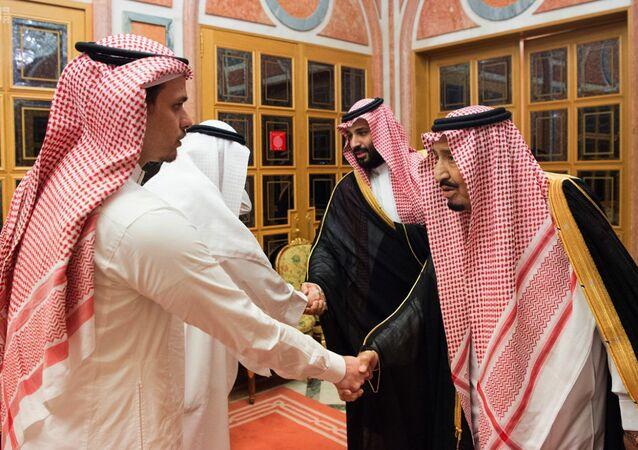 الملك السعودي، سلمان بن عبد العزيز، وولي العهد محمد بن سلمان، يستقبلان أبناء الصحفي السعودي المقتول جمال خاشقجي، وذلك لتقديم العزاء لهم، في قصر اليمامة