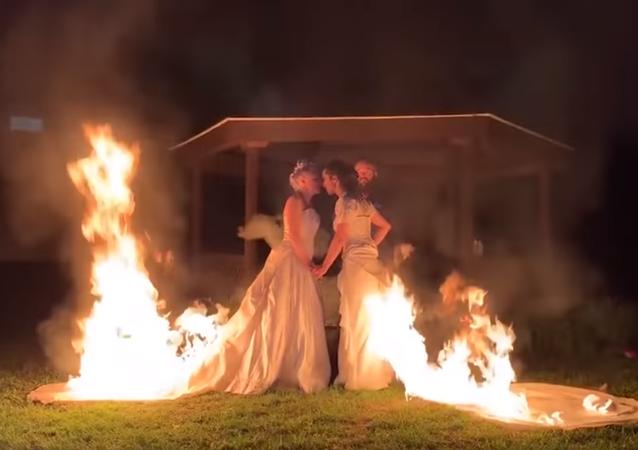 عروستان يحرقان ملابسهما