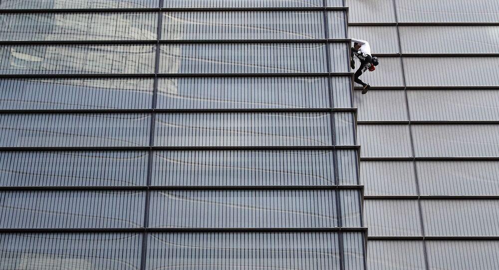 الفرنسي آلان روبرت أثناء تسلقه برج هيرون في العاصمة البريطانية لندن، 25 أكتوبر/تشرين الأول 2018