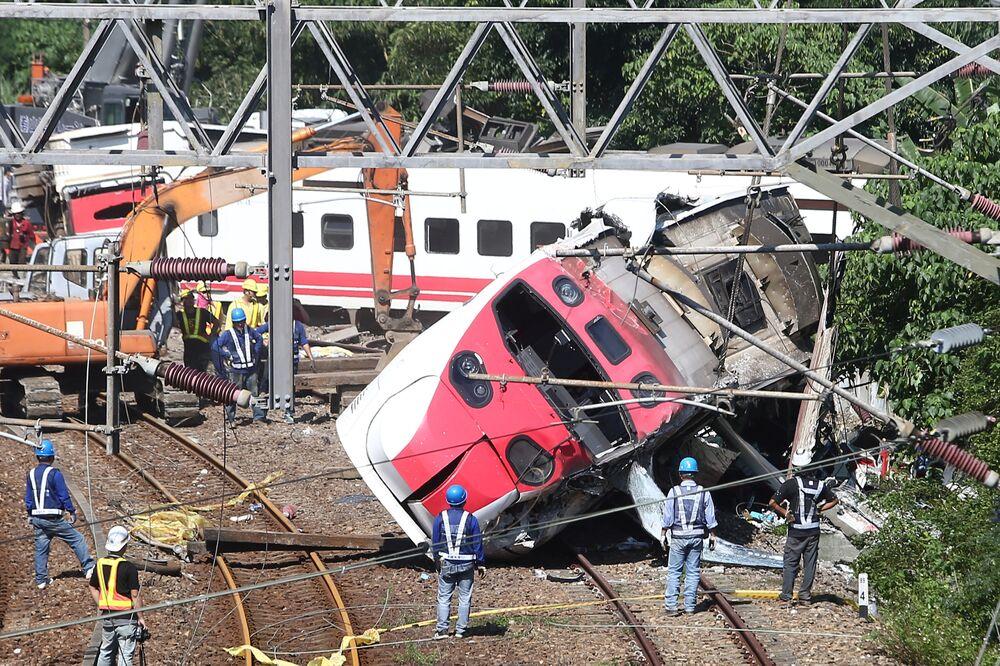 فرق الإنقاذ بموقع حطام قطار في مقاطعة ييلان، تايوان  22 أكتوبر/ تشرين الأول 2018