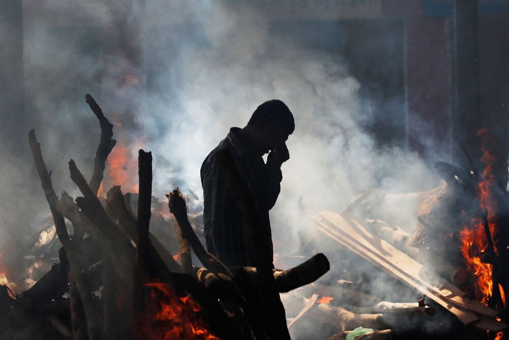 رجل يبكي واقفا بالقرب من حطام قطار في أمريتسار، الهند 20 أكتوبر/ تشرين الأول 2018