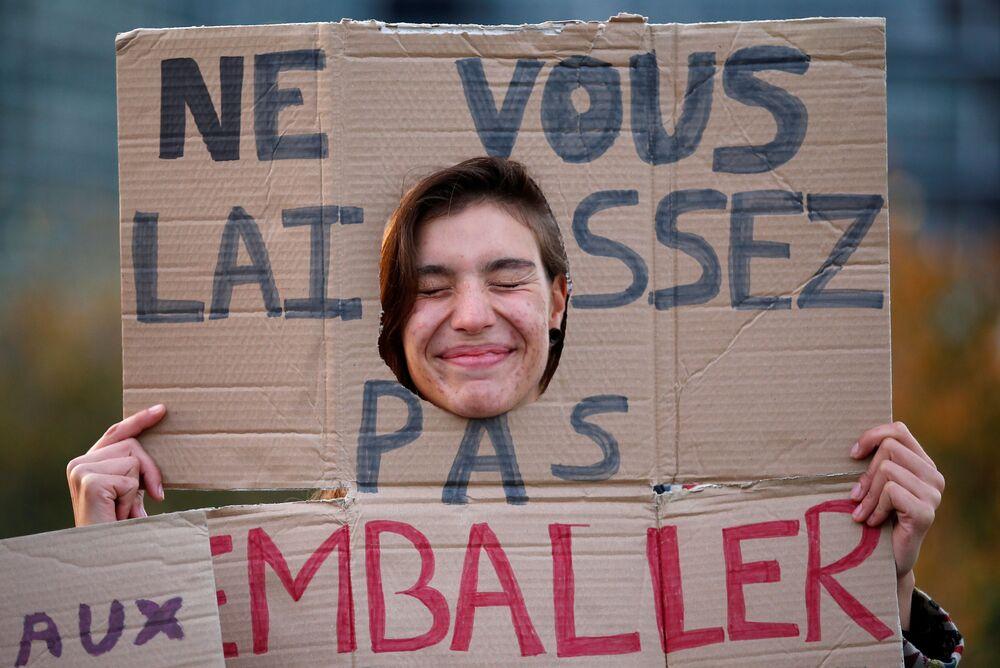 متظاهرون لدعم حملة تقليل استخدام البلاستيك لحماية البيئة، أمام مبنى البرلمان الأوروبي في ستراسبورغ، فرنسا 23 أكتوبر/ تشرين الأول 2018