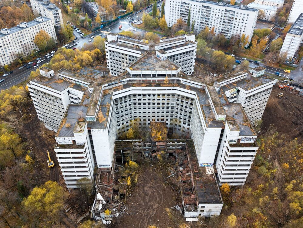 بدء أعمال الهدم بمبنى مستشفى غير مكتمل (من زمن الاتحاد السوفيتي) في شارع كلينسكايا في حي خوفرينو بموسكو