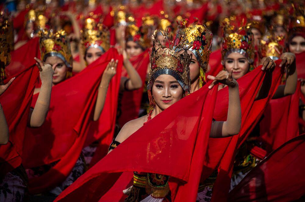 فتيات يؤدين الرقصة التقليدية على شاطئ مدينة بانيوانجي، إندونيسيا 20 أكتوبر/ تشرين الأول 2018