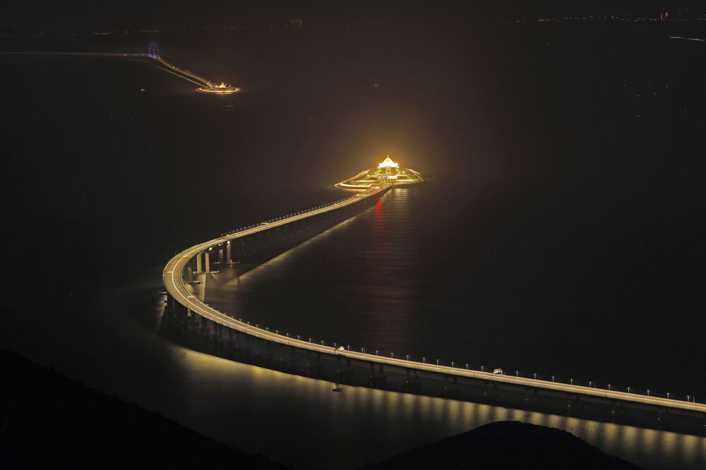 افتتاح جسر في جنوب الصين، بطول وصل لـ55 كيلومترا، وهو أطول جسر بحري في العالم، ليربط بذلك كلا من هونغ كونغ، وماكاو، ومدينة تشوهاي في مقاطعة قوانغدونغ، 21 أكتوبر/ تشرين الأول 2018