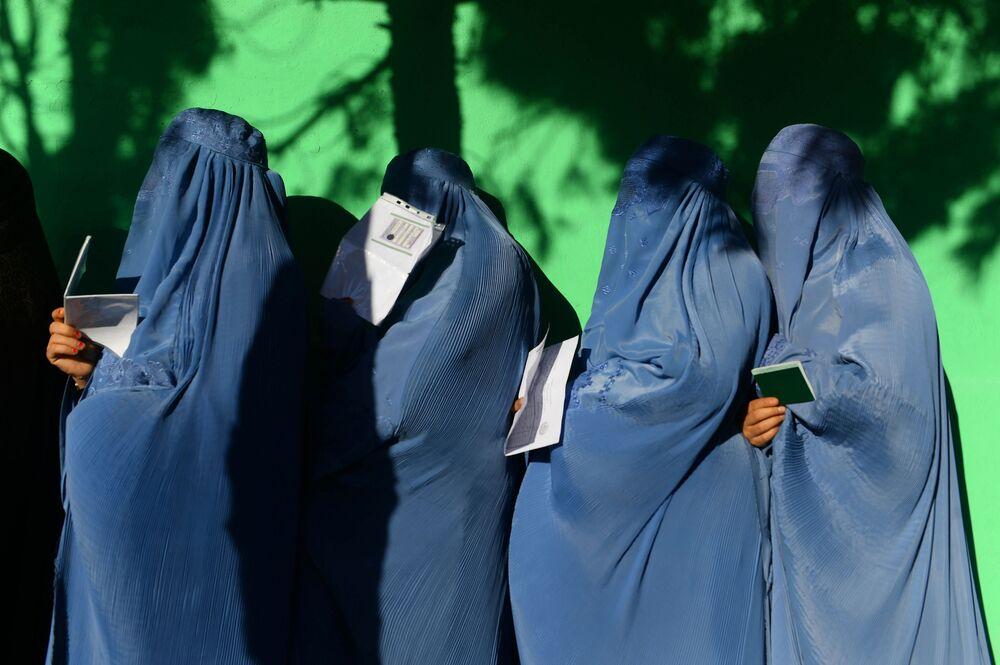 نساء يقفن في طابور بمدينة هرات للإدلاء بأصواتهن في الانتخابات التشريعية في أفغانستان، 20 أكتوبر/ تشرين الأول 2018