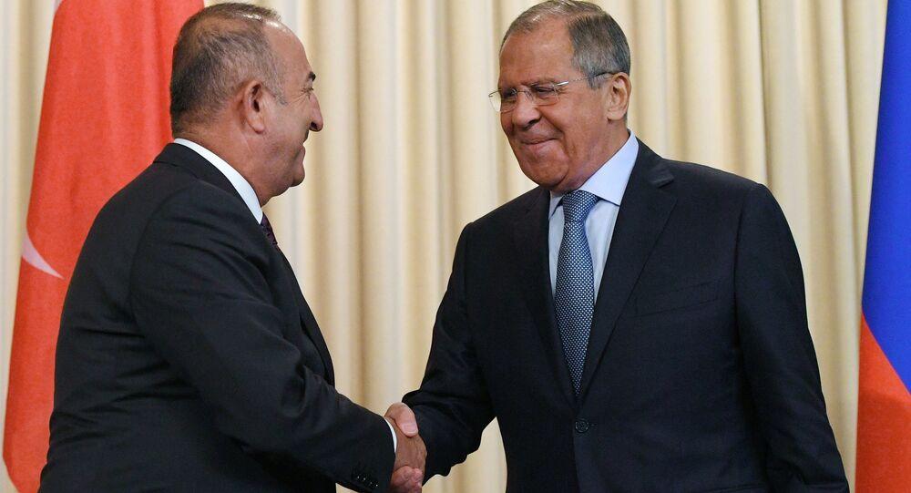 وزير الخارجية التركي مولود جاويش أوغلو مع وزير الخارجية الروسي سيرغي لافروف