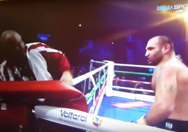 ملاكم يضرب مدربه