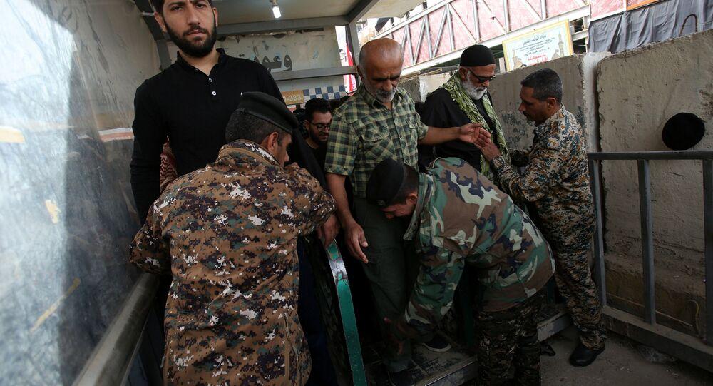 قوات الأمن العراقية تقوم بتفتيش بعض المواطنين