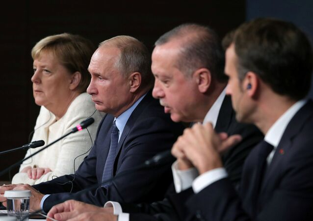 المستشارة الألمانية أنجيلا ميركل والرئيس الروسي فلاديمير بوتين، والرئيس التركي رجب طيب أردوغان، والرئيس الفرنسي إيمانويل ماكرون في اسطنبول، تركيا 27 أكتوبر/ تشرين الأول 2018