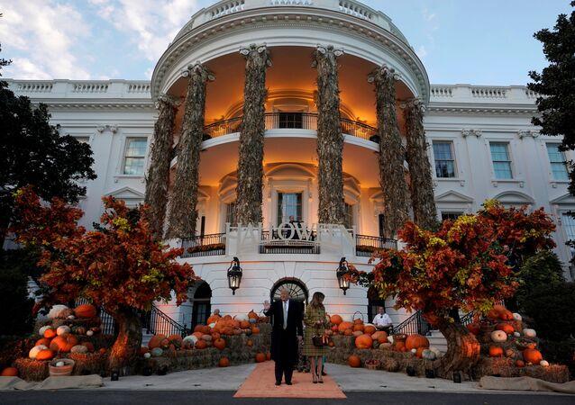 الرئيس الأمريكي دونالد ترامب وزوجته ميلانيا ترامب في البيت الأبيض في احتفالية عيد الهالوين، 28 أكتوبر/تشرين الأول 2018