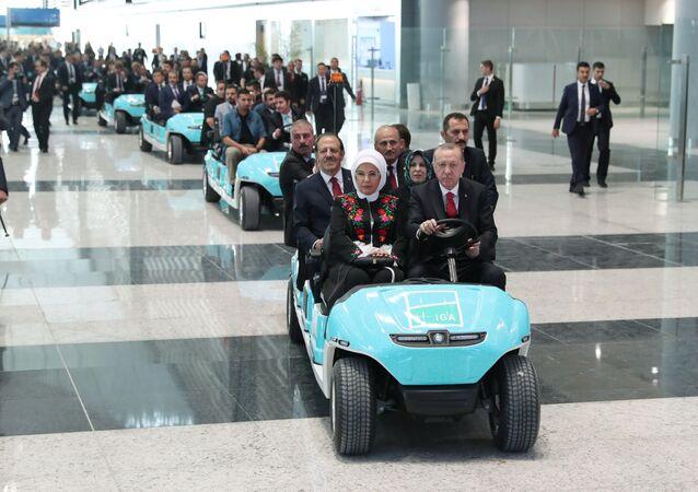 الرئيس رجب طيب أردوغان وزوجته أمينة خلال المراسم الاحتفالية الرسمية لافتتاح المطار الجديد والأكبر في العالم في اسطنبول، تركيا 29 أكتوبر/ تشرين الأول 2018