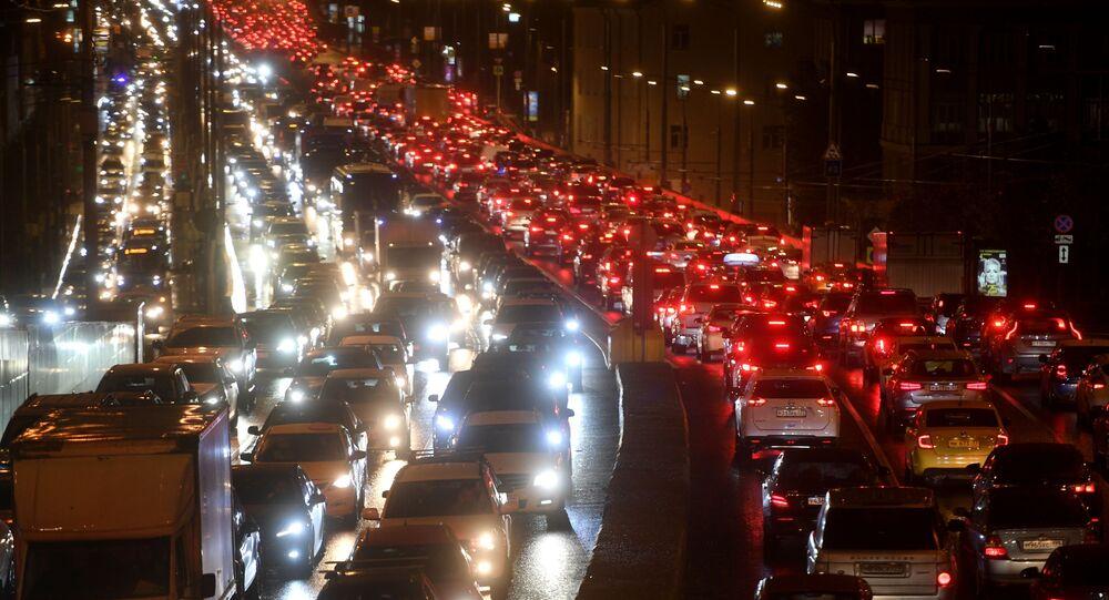 ازدحام السيارات في شوارع منطقة سودوفوي كولتسو بمدينة موسكو، روسيا