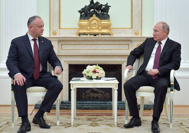 الرئيس المولدوفي إيغور دودون و الرئيس الروسي فلاديمير بوتين