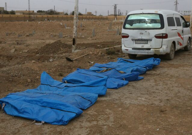 مقبرة جماعية في الرقة السورية واستخراج جثث