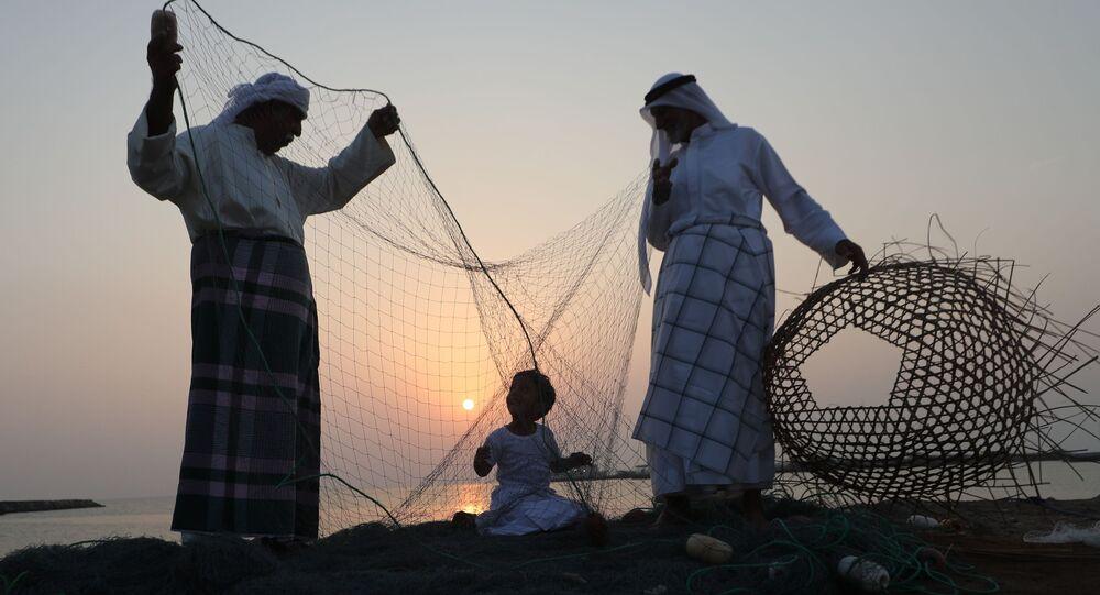 رجال إمارتيون يدربون طفلا على الحرف الصناعية اليدوية خلال مهرجان دلما البحري في الخريج العربي، 40 كم عن أبو ظبي، الإمارات المتحدة 27 أكتوبر/ تشرين الأول 2018