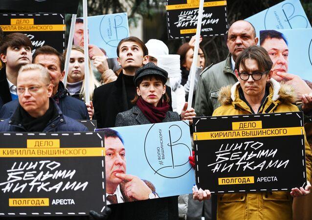 وقفة تضامنية مع الصحفي الروسية المحتجز كيريل فيشينسكي في أوكرانيا، أمام مبنى السفارة الأوكرانية في موسكو