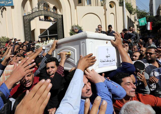 مشيعون يحملون نعشًا خلال جنازة المسيحيين الأقباط الذين قتلوا في هجوم في المنيا