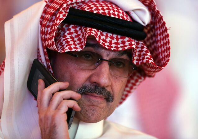 الملياردير السعودي الأمير الوليد بن طلال يتحدث على هاتفه المحمول أثناء حضوره المؤتمر الثاني لمبادرة الاستثمار المستقبلي في الرياض