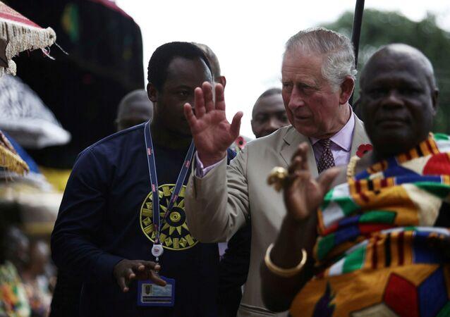 ولي عهد بريطانيا الأمير تشارلز يلوح للجماهير في زيارته لغانا، 4 نوفمبر/تشرين الثاني 2018