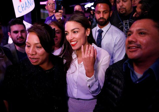 عضو الحزب الديمقراطي في الكونغرس الأمريكي، أوكاسيو كورتيس، البالغة 29 عاما مع منتخبيها ليلة الانتخابات