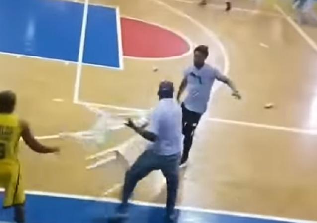مباراة كرة سلة تتحول إلى معركة ضروس بالكراسي