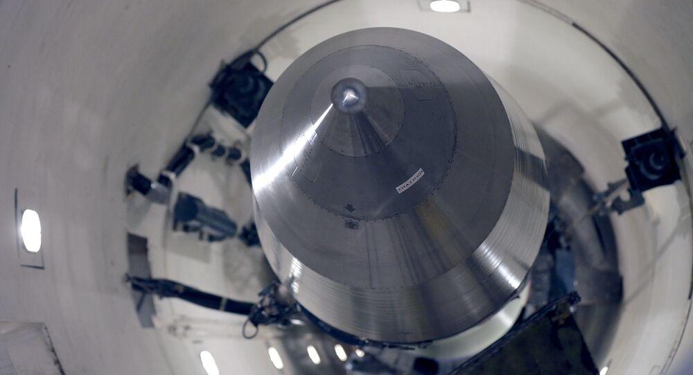 صاروخ مينيتمان - 3 النووي الأمريكي داخل صومة تخزينه في موقع تابع للجيش الأمريكي عام 2014