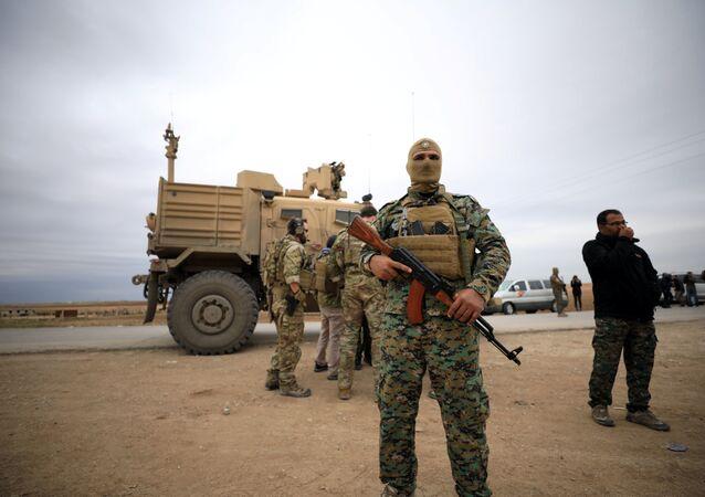 الحسكة... قوات سوريا الديمقراطية مع عناصر من الجيش الامريكي خلال دورية مشتركة