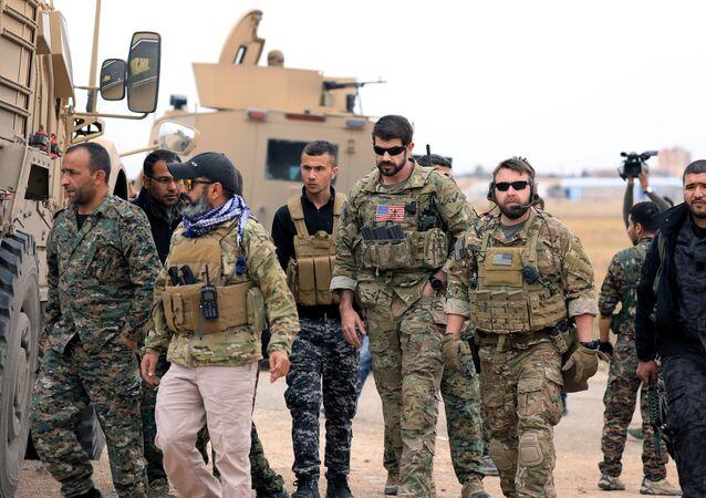 الجيش الأمريكي وعناصر من قوات سوريا الديمقراطية في دورية لهم بمدينة الحسكة بسوريا
