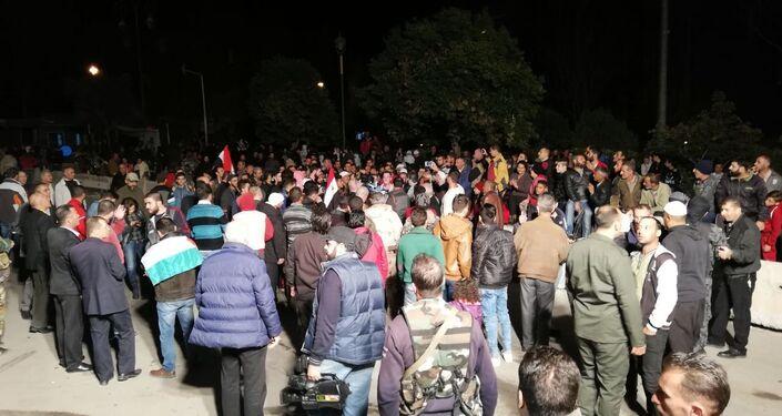 حشود شعبية في ساحة السويداء جنوب سوريا بانتظار وصول المختطفين بعد تحريرهم من قبضة داعش